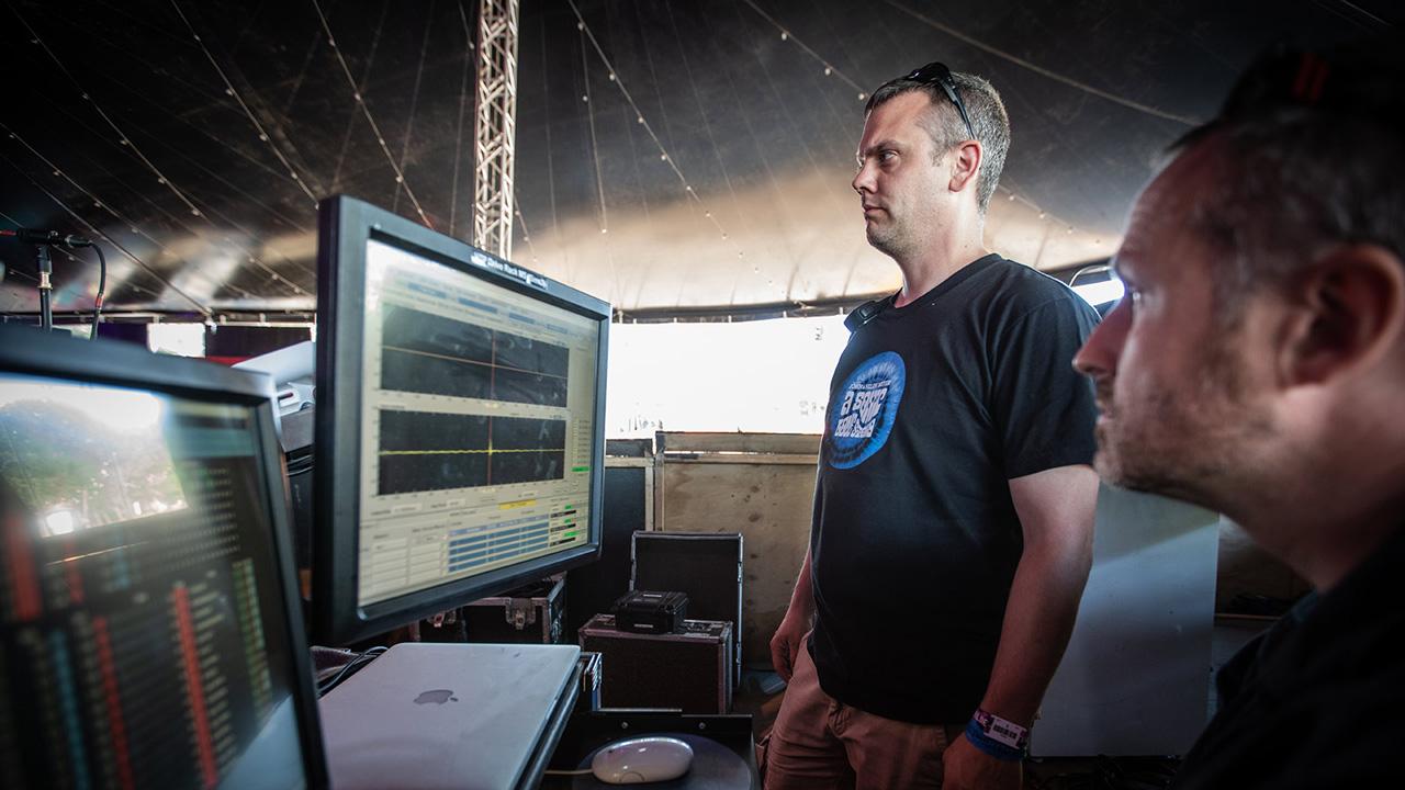 Деннис Толема из департамента технической поддержки Meyer Sound в ЕС